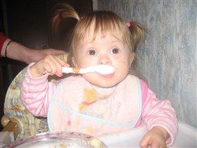 Учимся кушать :)