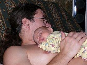 Так сладко спиться на груди у папы!!!!!!!!!
