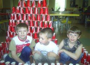 Данилка с друзьями в свой день рожденье в ростиксе.
