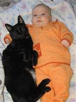 Маша 3 месяца с котом Максом.  Хорошо лежим!!!
