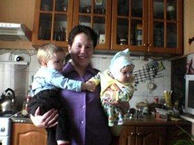 Алина у тёти Лены на руках с Сёмой её младшим сыном!!!
