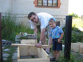 А я с дедом строим домик для пчел - улей