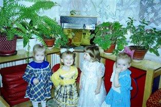 Дашуля (вторая слева)  в яслях на празднике осени!