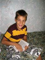В лагере. Читающий мальчик