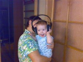 с бабушкой  слушаем музыку