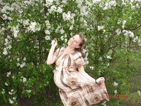 И ещё неизвестно, кто более цветущий: я или яблоня