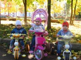 Три подружки под листвой....