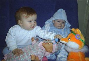 Анютка и Матвей играют в дочки матери