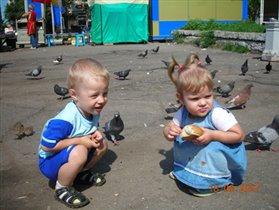 Давай покормим голубей и побежим гулять скорей