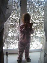 Зима за окном, а Ксюшка на подоконнике
