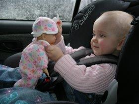 Даже в дороге с любимой куклой!