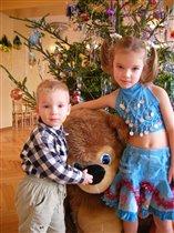 Сестрица Анна с братцем Тимычем и прирученным Медведем:)