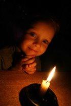 Улыбка в сиянии свечи