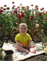 Дашенька любительница цветов!