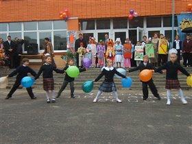 танец первоклашек на линейке 1 сентября.