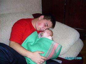 папа с дочуркой  - спят