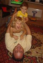 С папой весело играем, пока мама отдыхает