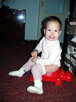 на горшочке я сижу и на папу я гляжу,улыбаюсь! :)