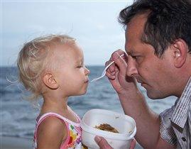 С умным видом не спеша<br>Папа кормит Малыша