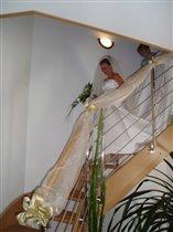 Спускаюсь к гостям по лестнице