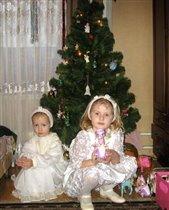 Мои девочки в окружении Рождественских подарков - лошадок всех мастей