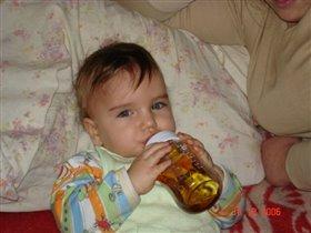 Хоть я уже и большой, но из бутылочки удобней.