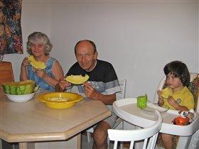 Как мы с бабушкой и дедушкой ели за маму и папу