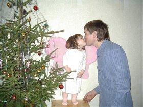 Папа целует своего Ангелочка
