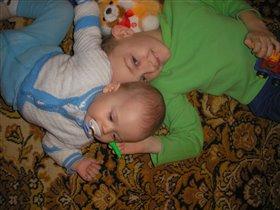 два счастливых братика