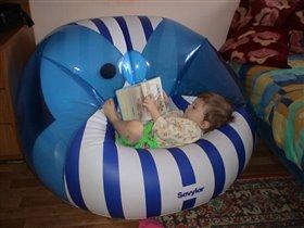 Не хочу играть я с мамой, лучше книжку почитаю!