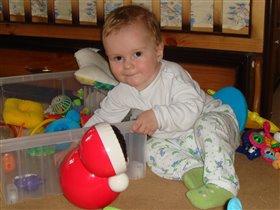 вырасту, научусь, как мама, складывать  игрушки в ящик-)