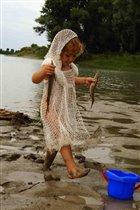 Детки играют игрушками, а Русалочки рыбешками!!!!