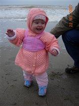 Дарьюшка на прогулке у моря