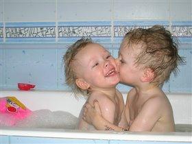Братский поцелуй!