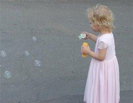 Лёлик пускает мыльные пузыри