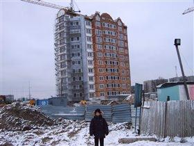 Кирилл на фоне нашего строящегося дома