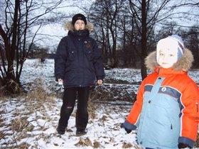 Кирилл и Даниил гуляют на озере