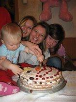 А мы в праздники - торт ложками...)))