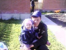 На даче Аня с папой
