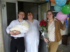 Папа Ромика встречает, маме он цветы вручает!