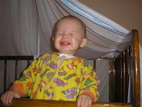 Максик улыбается на все свои 6 зубиков