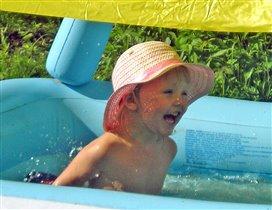 Солнце, жара, бассейн...