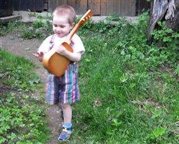 Первый парень на деревне, так как я с гитарою!