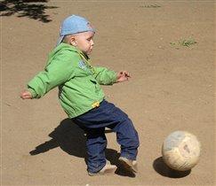 Тёмка - маленький футболист!