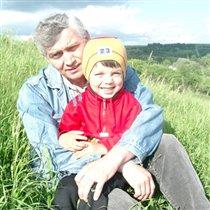 Дедушка с Мишей в деревне