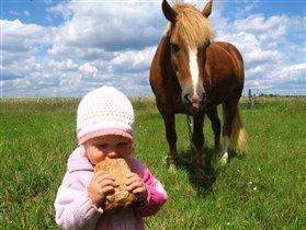 Лошадку покормила и про себя не забыла!