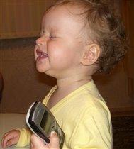 Маше нравится петь под мелодии папиного телефона