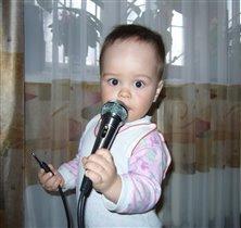 Выступает Матвейка. Победитель конкурса 'Лучший малыш-исполнитель'.