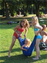 Летние забавы возле бассейна