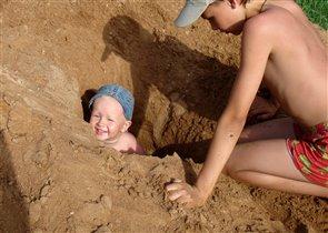 Мы с братом играем в 'Белое солнце пустыни'
